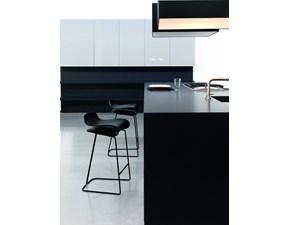 Sgabello Kristalia modello BCN fisso. Il sedile dello sgabello è in plastica, disponibile in varie colorazioni. La struttura è in acciaio oppure in tinta con la seduta.