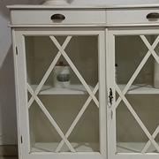 Cristalliera vetrina artigianale in massello laccata bianco antico con 2 cassetti scontata 50%.