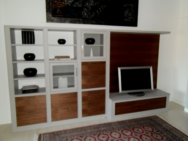 Soggiorno Classico Le Fablier: Ikea wall mounted storage cabinets.