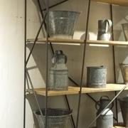 Libreria bifacciale ditta DIALMA BROWN con struttura in metallo zigrinato e ripiani in legno scontata del 38%