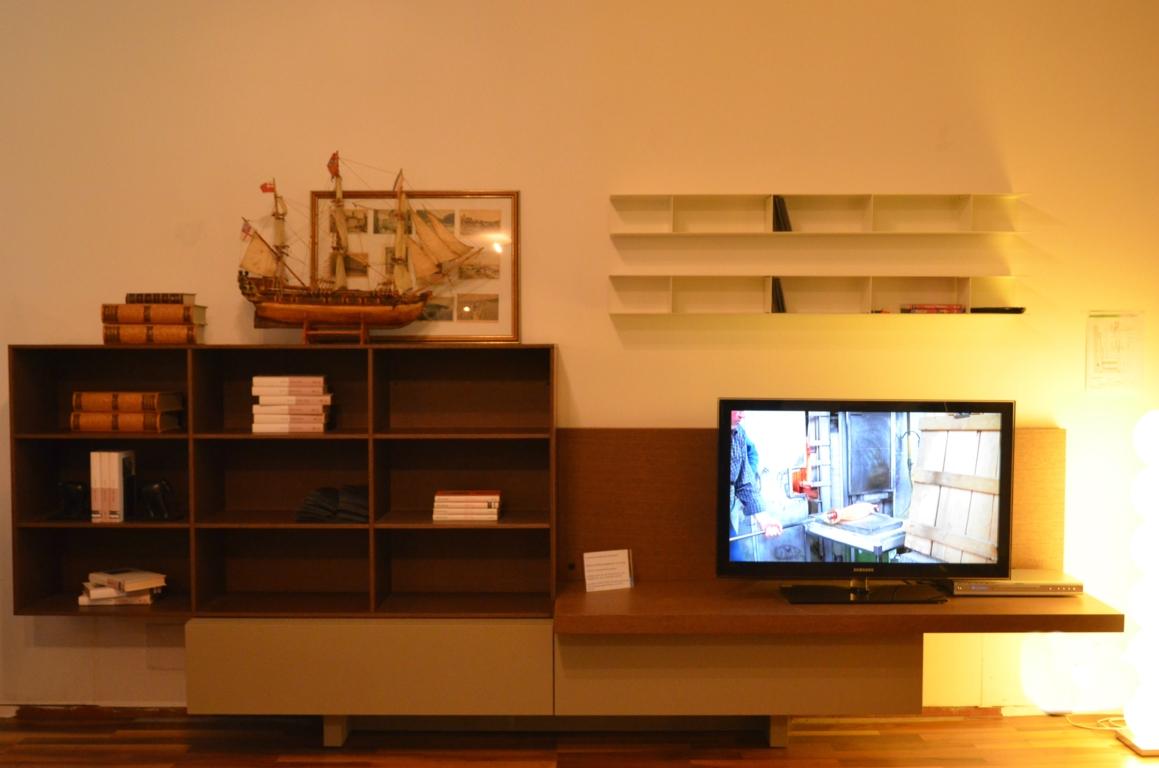 Libreria da salotto t030 di lema con predisposizione per for Libreria salotto