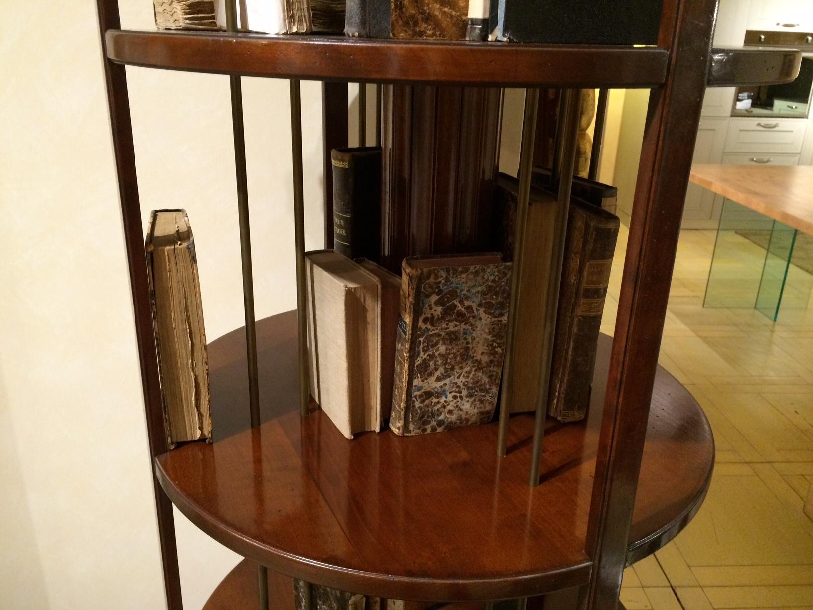 Grande arredo libreria girevole in legno di ciliegio for Arredo legno