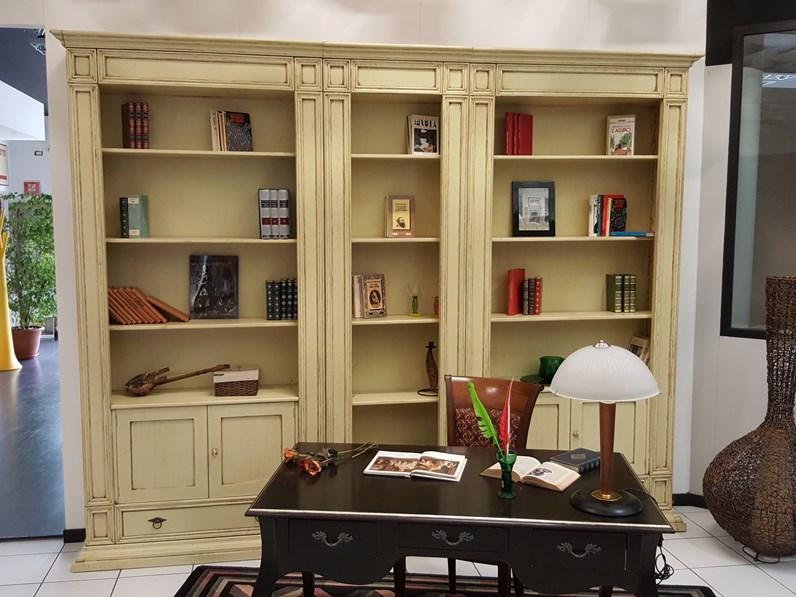 Libreria in legno massello laccata avorio patinata scontata -40%