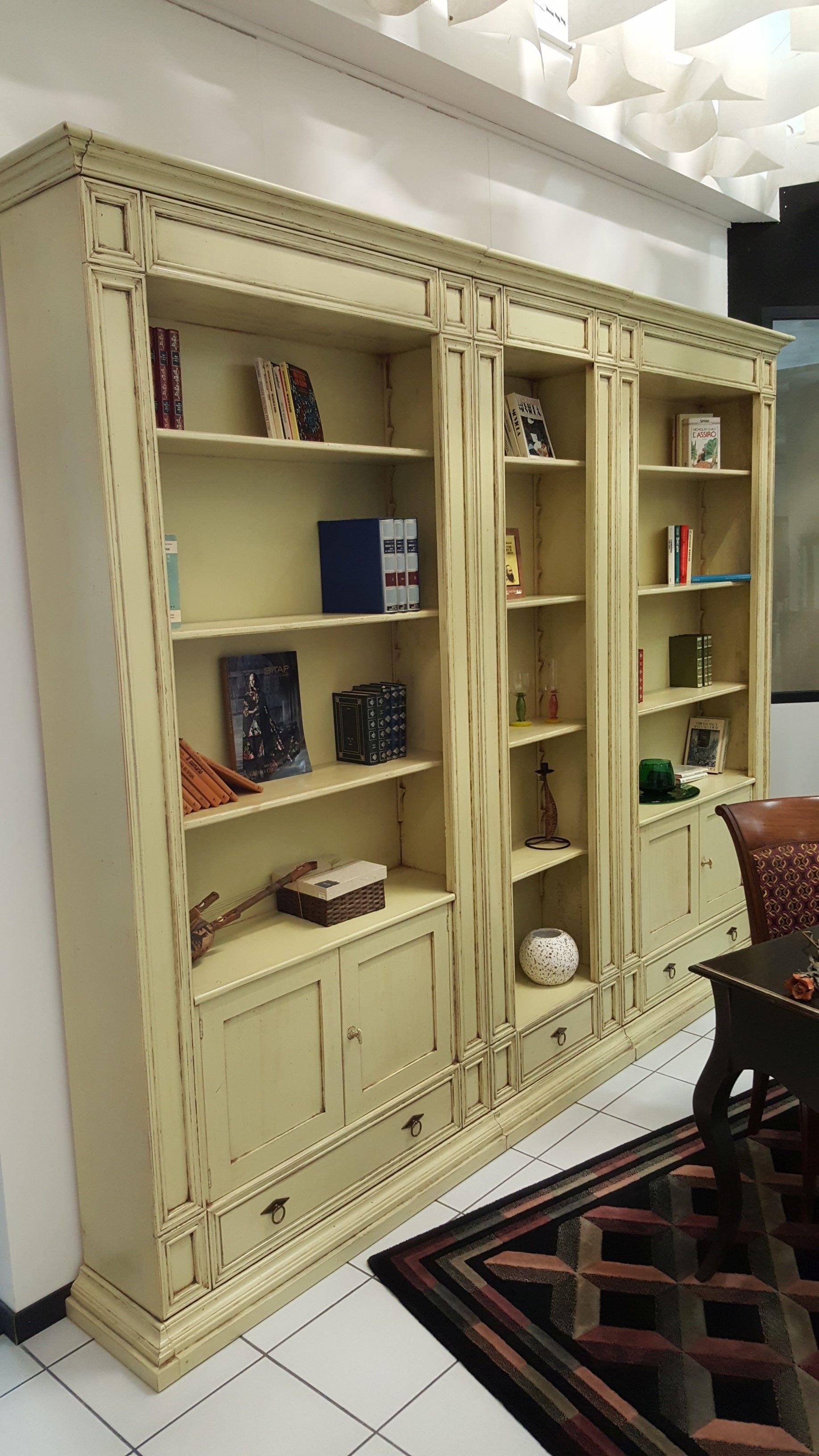 Libreria in legno massello laccata avorio patinata - Soggiorni in legno ...