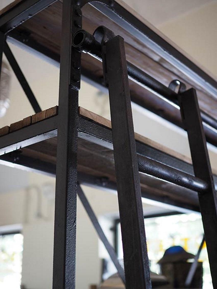 Libreria industrial con scala legno masello e ferro in for Libreria in ferro