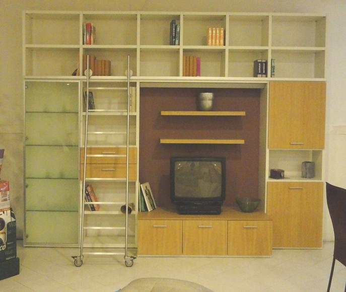 Libreria porta tv con scala in rovere naturale - Soggiorni a ...