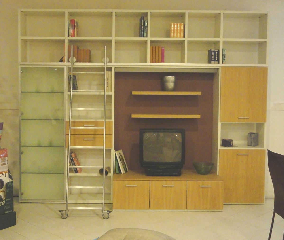 Libreria porta tv con scala in rovere naturale soggiorni for Mensole alluminio ikea