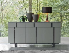 Madia Tomasella modello Athena. Madia composta da tre ante e tre cassetti. Struttura in laccato opaco e basamento in finitura antracite.