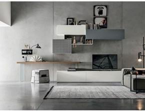 Soggiorno con piano scrivania in legno nodato e gambe in vetro