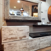 soggiorno parete modello vinatge minimal con mensole in legno e crash bamboo