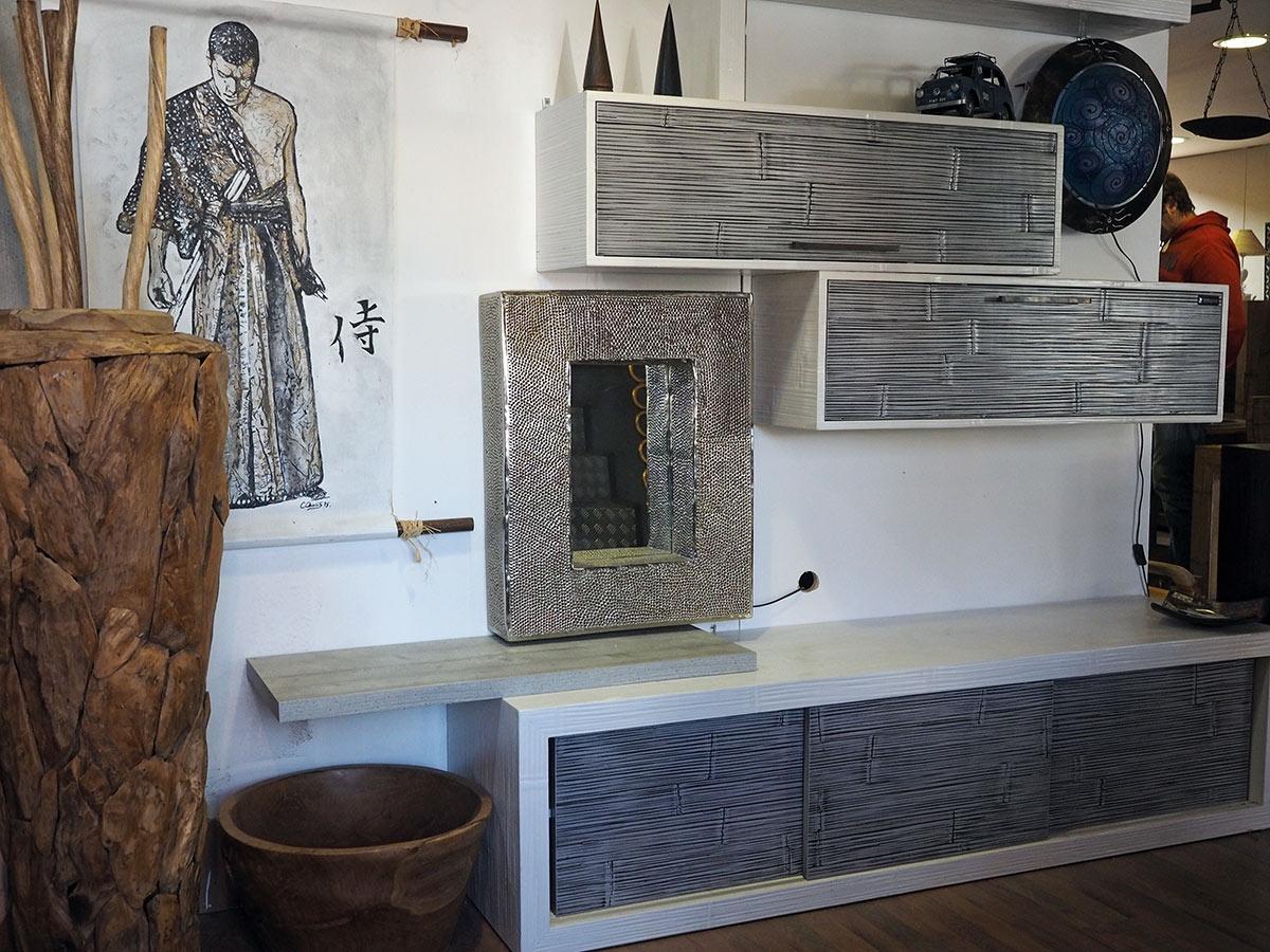 parete soggiorno minimal etnico moderno in legno e crash bambu grigio in offe...