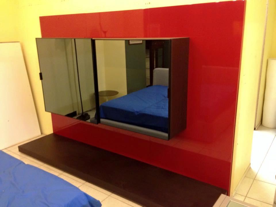 Soggiorno parete soggiorno rossa e weng con tv for Parete rossa soggiorno