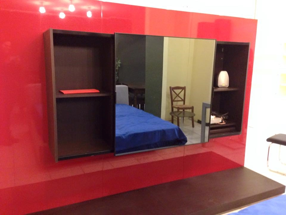 Soggiorno Parete soggiorno rossa e wengè con tv incorporata scontato del -78 % - Soggiorni a ...