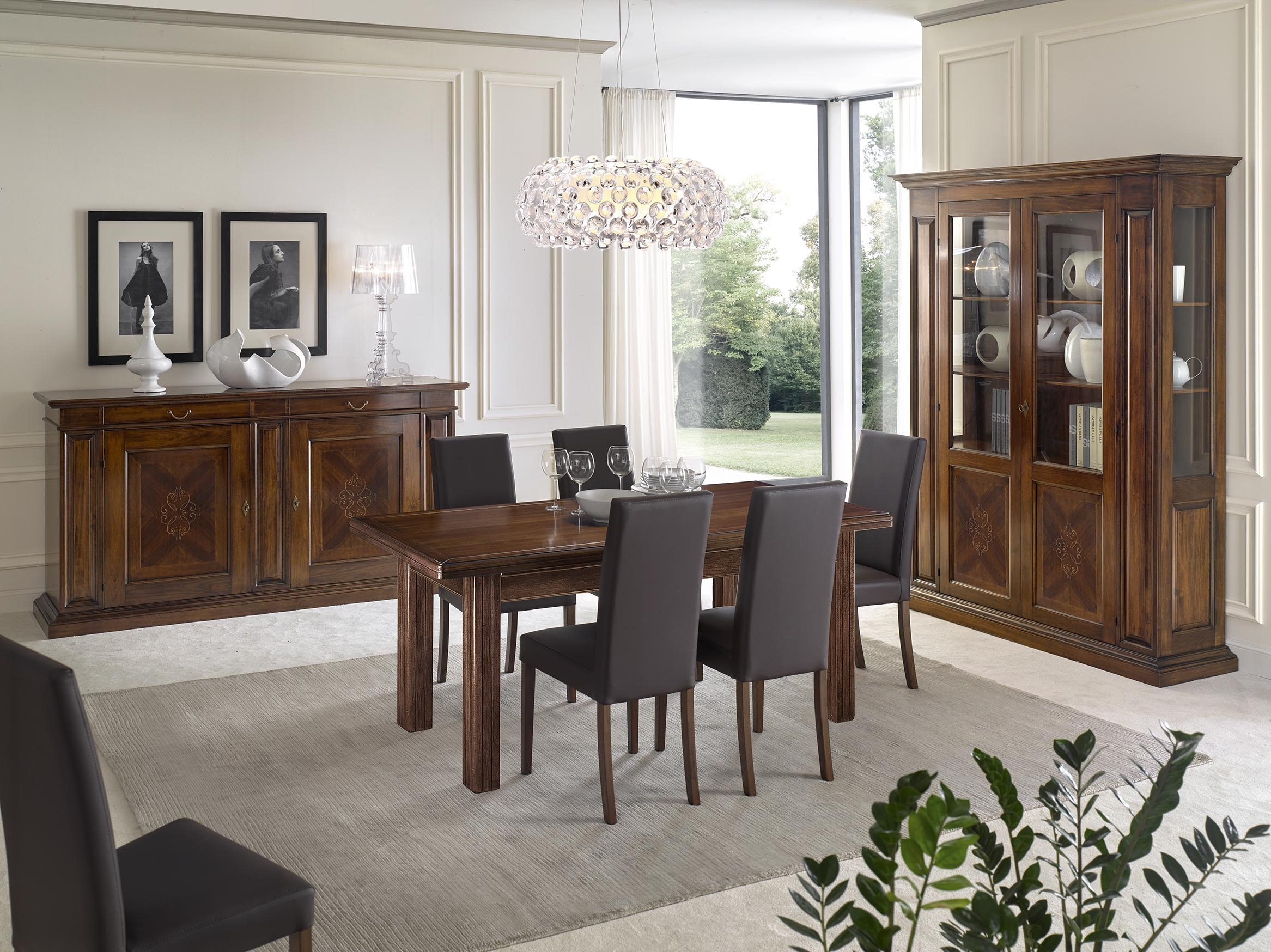 sala da pranzo con mobili intarsiati in noce con tavolo