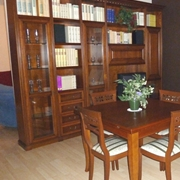 Composizione per Soggiorno Classico in legno, essenza Ciliegio, completa di PARETE ATTREZZATA e Tavolo con 4 sedie abbinate.