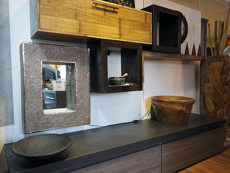 Soggiorno etnico industrial in essenza grigio con parete for Mobili soggiorno moderni in legno