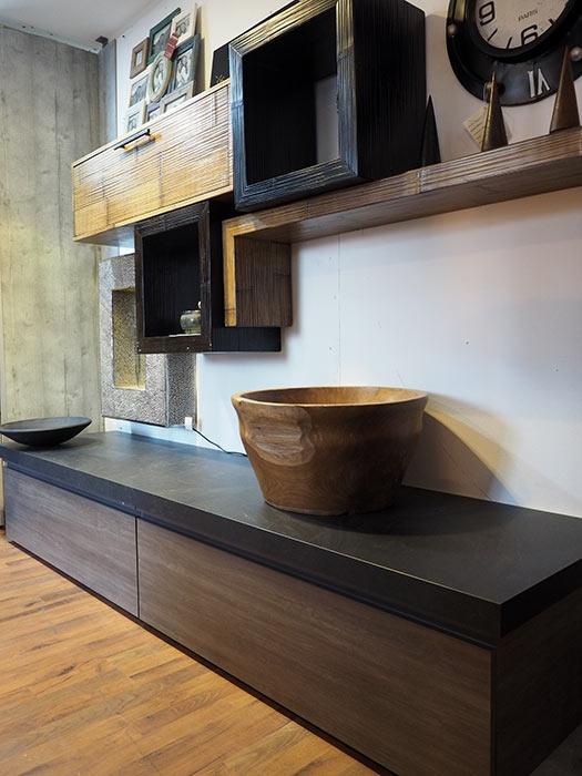 Soggiorno etnico industrial in essenza grigio con parete for Arredamento soggiorno moderno in legno