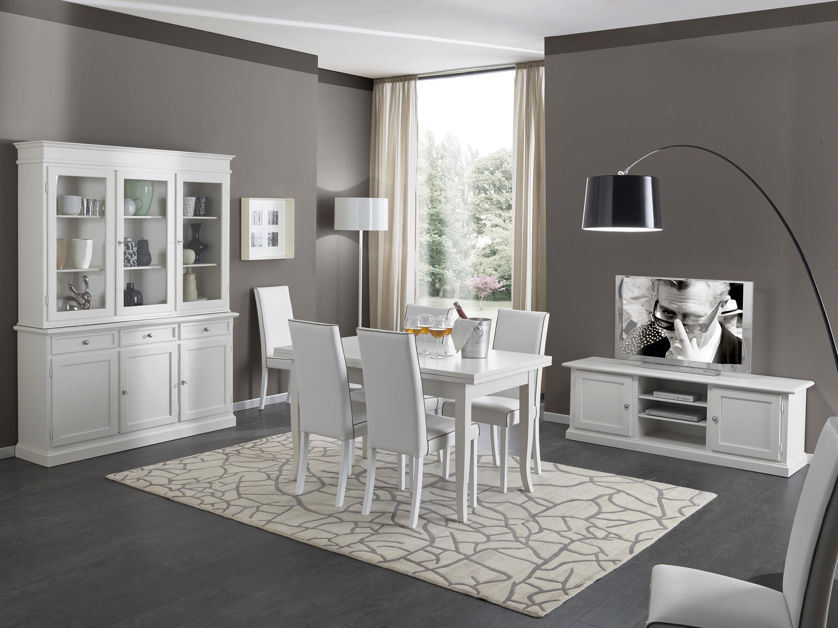 Soggiorno in legno bianco con tavolo sedie mobile tv e for Mobili da soggiorno moderni