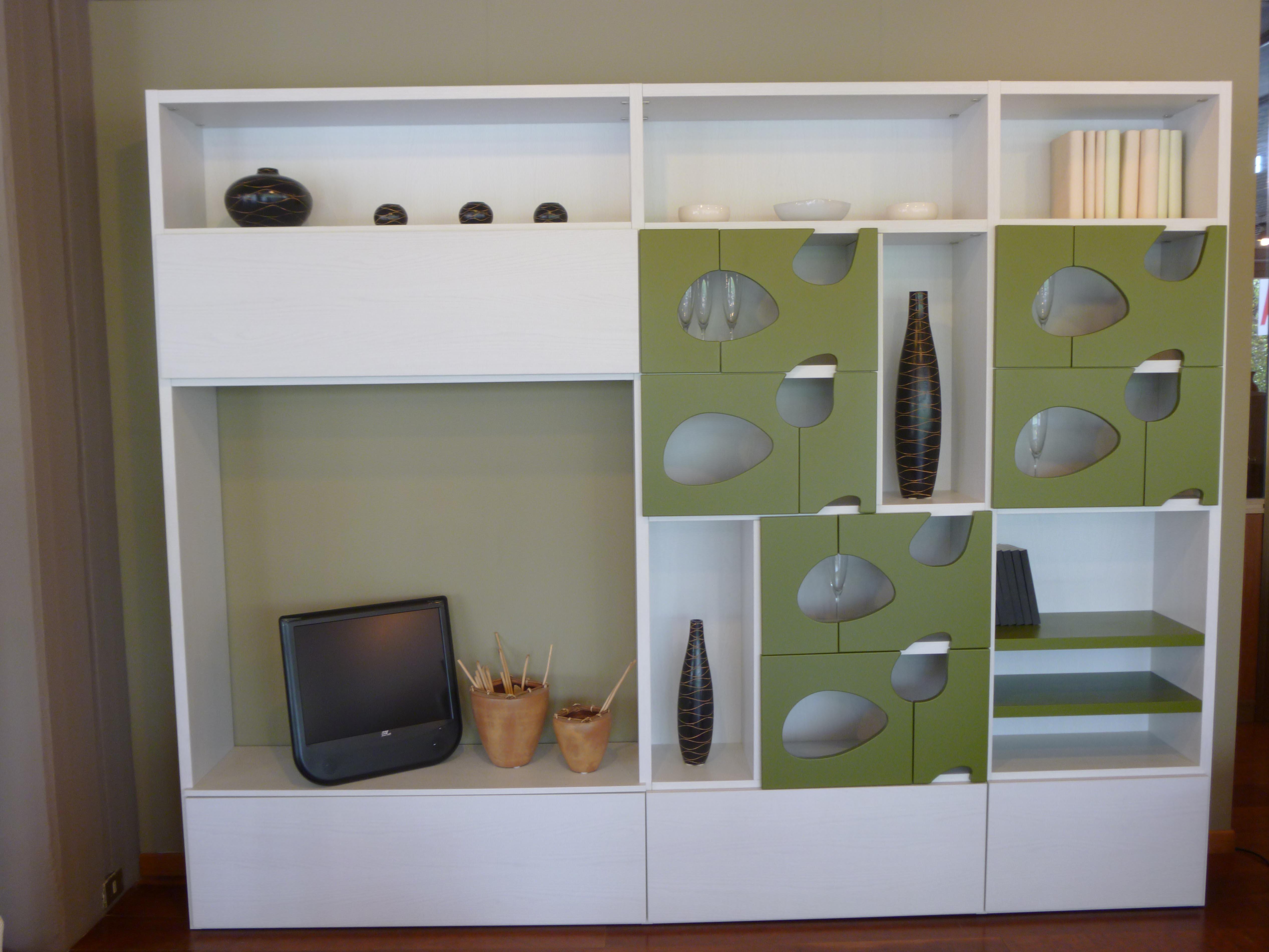 Soggiorno moderno con tavolo e divano : soggiorno angolo cottura ...