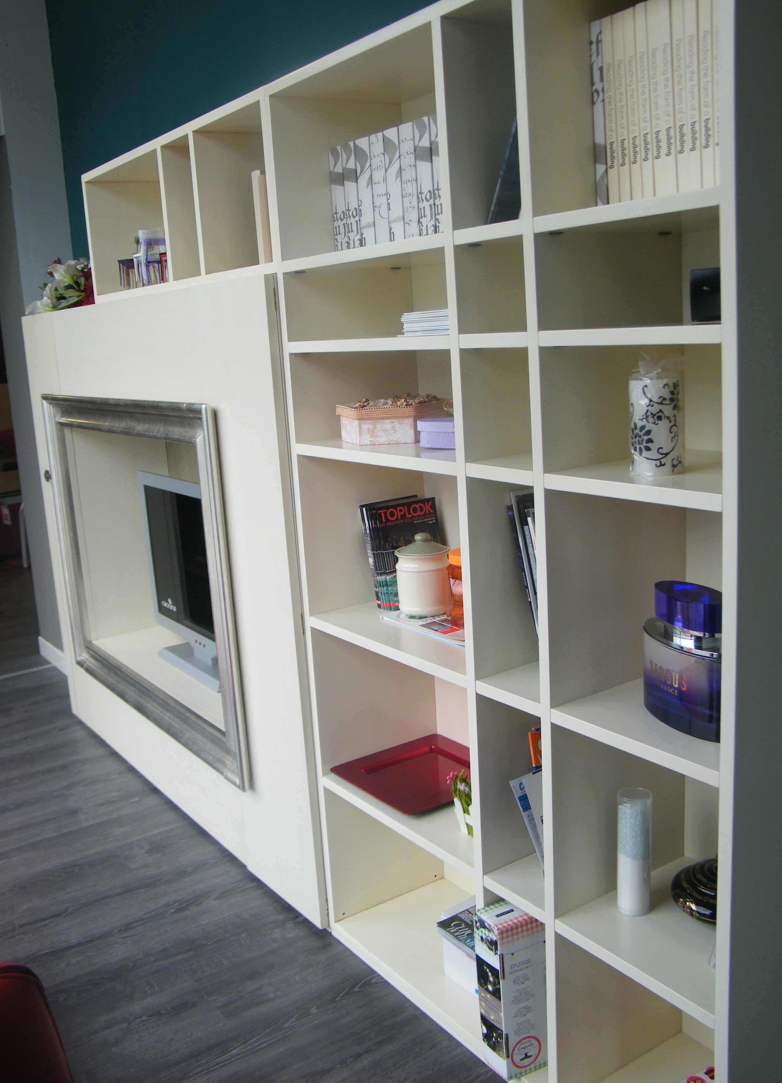 Soggiorno lago libreria componibile con vano porta tv for Soggiorno libreria
