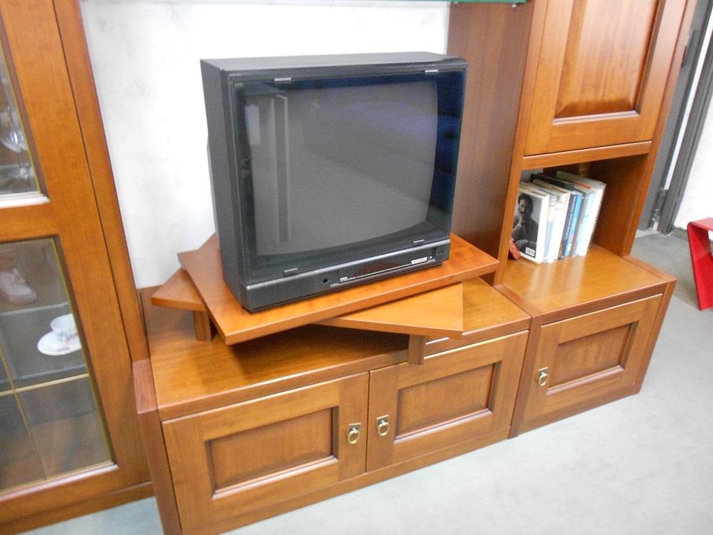 Soggiorno maronese soggiorno in legno con vetrinette - Porta tv girevole ikea ...