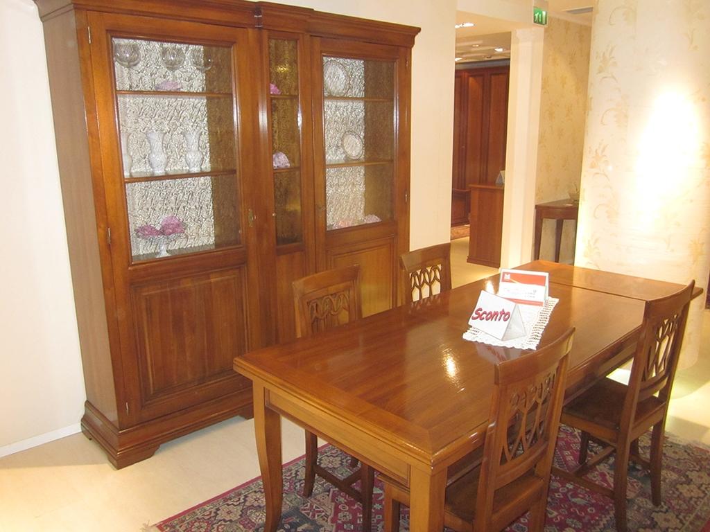 Soggiorno parisi con vetrina tavolo e 4 sedie in noce for Mobili in noce moderni