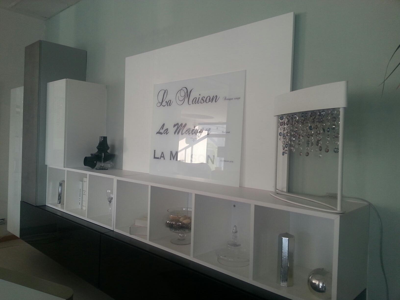 Parete soggiorno sospesa idee per il design della casa - Idee parete soggiorno ...
