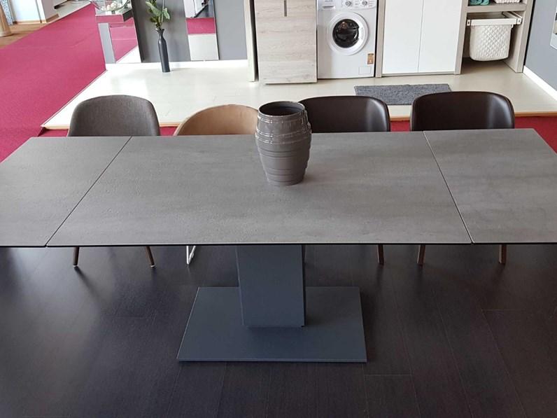 Tavolo calligaris echo in ceramica cemento prezzo outlet for Tavoli moderni calligaris