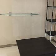 Tavolino chiuso con sgabelli impilati