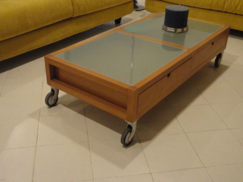 Tavolino a quattro cassetti e ruote con particolari in for Mopar arredamenti
