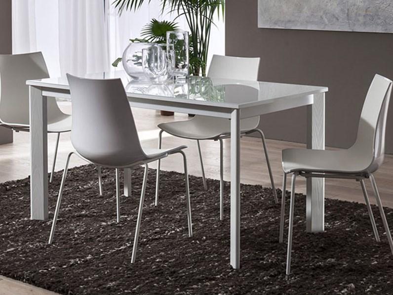 tavolo allungabile con piano in vetro bianco e gambe