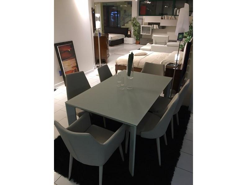 Tavolo allungabile in cristallo temperato con sedie in for Tavoli allungabili outlet