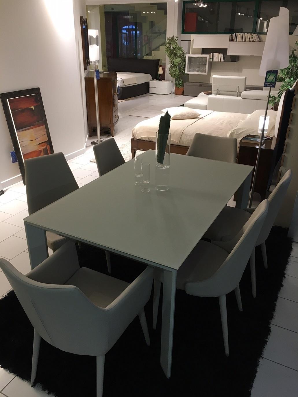 Tavolo allungabile in cristallo temperato con sedie in for Tavolo allungabile in cristallo