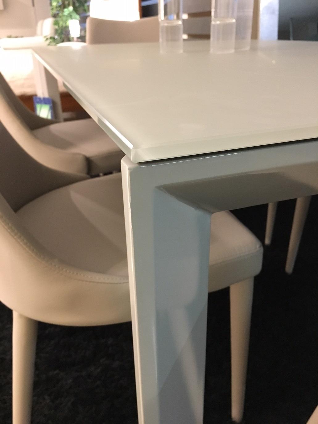 http://www.outletarredamento.it/img/tavoli/tavolo-allungabile-in-cristallo-temperato-con-sedie-in-tinta-ecopelle_O3.jpg