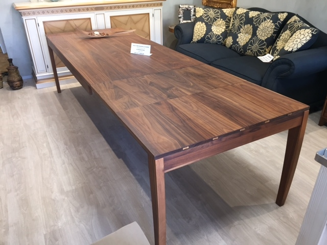 Tavolo allungabile in legno di noce arte brotto tavoli a for Tavoli in legno allungabili