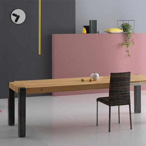 Tavolo allungabile in legno naturale e gambe in metallo for Tavolo legno naturale