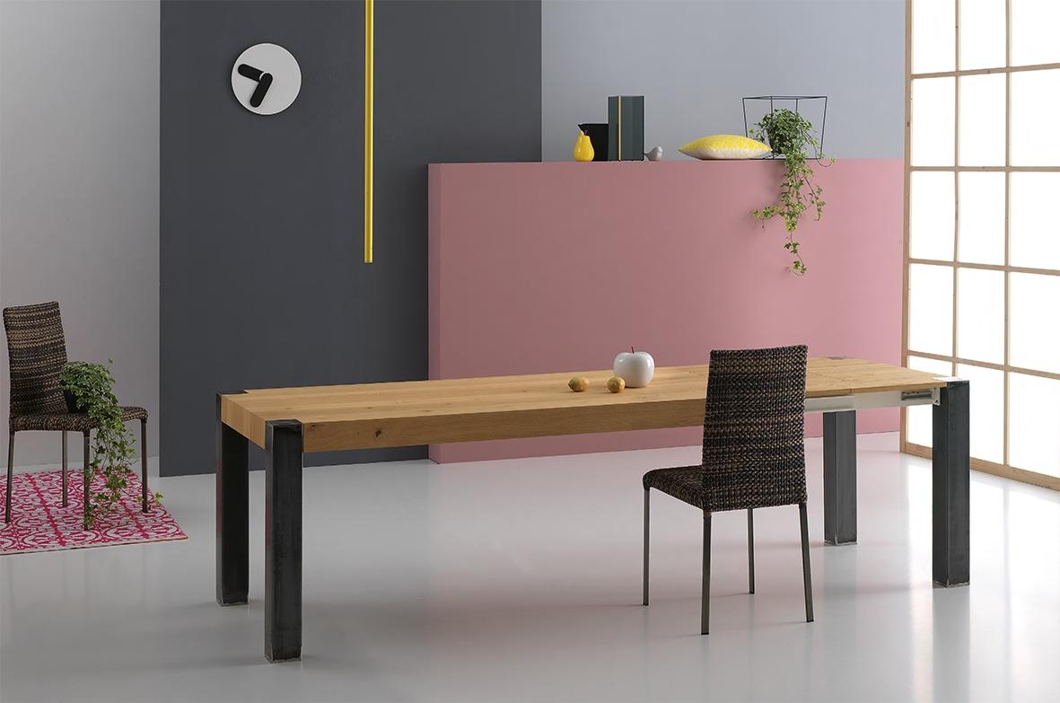 Tavolo allungabile in legno naturale e gambe in metallo for Tavolo legno grezzo prezzo