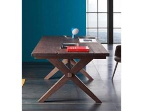 Tavolo Alta Corte modello Madrid. IL tavolo ha la struttura in legno rovere disponibile in varie finiture. Madrid ha le gambe Cross.
