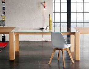 Tavolo Alta Corte modello Sidney. Il tavolo ha il piano in vetro trasparente e la struttura in legno rovere disponibile in diverse finiture.