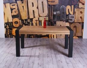 Tavolo Altacom modello Vuelta. Tavolo allungabile con piano in legno rovere nodato e base in metallo verniciato grafite.