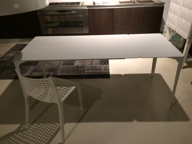 Tavolo bianco infiniti mod mat di design rettangolare for Tavolo rettangolare bianco