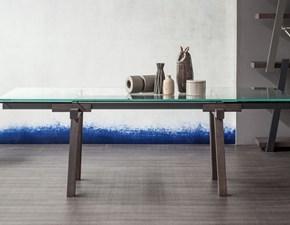 Tavolo Bonaldo modello Tracks. Tavolo allungabile con struttura in acciaio, gambe in legno e piano in cristallo.