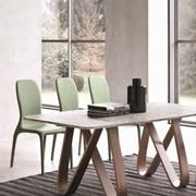 tavolo con il basamento in marmo bianco carrara