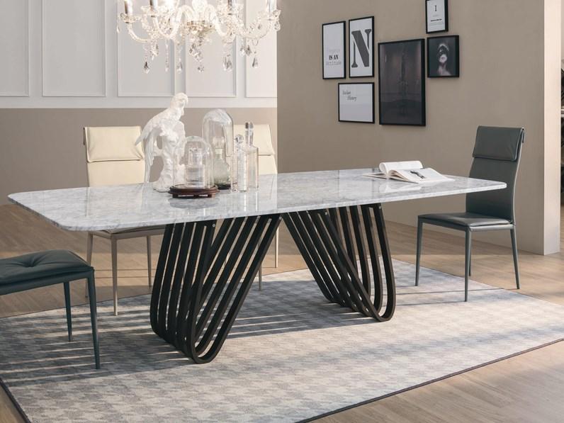 Tavolo con il piano in marmo bianco modello Arpa della Tonin Casa