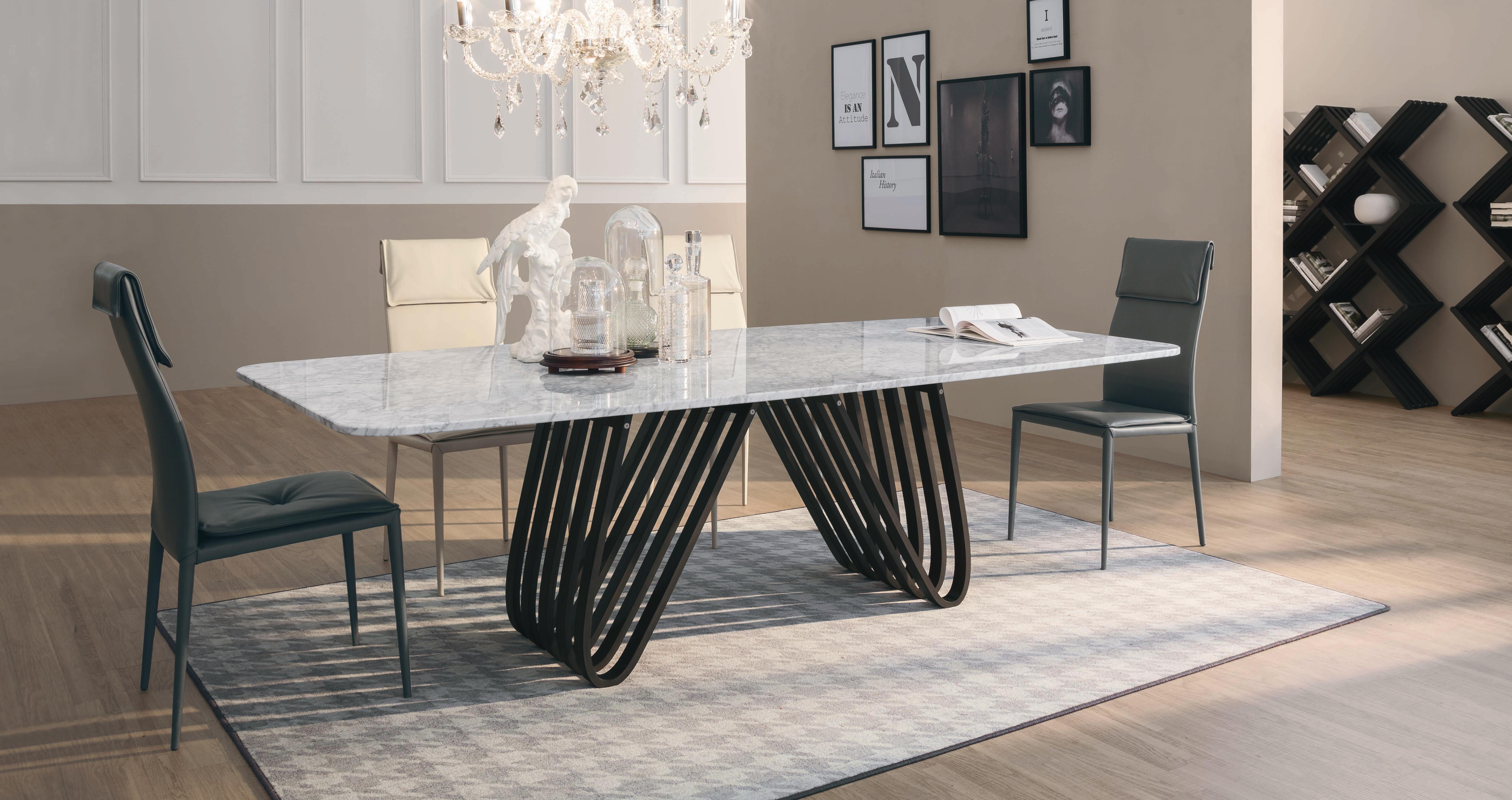 Tavolo con il piano in marmo bianco modello arpa della - Tavolo piano marmo ...