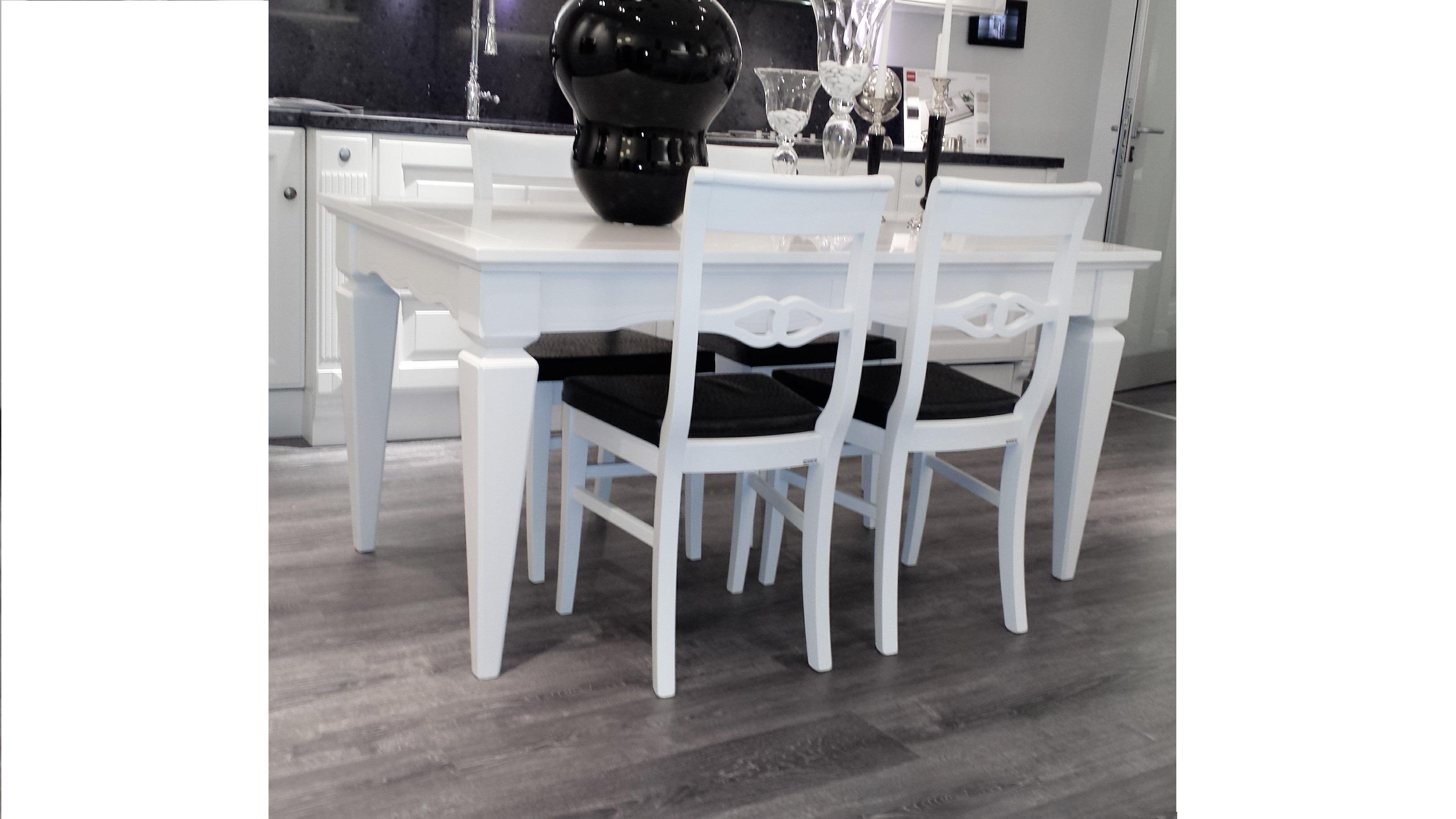 Scavolini tavolo tavolo hilton laccato opaco bianco for Tavolo legno con sedie colorate