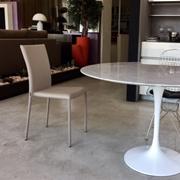 Tavolo Esprit Nouveau modello Tulip - Saarinen Design- diametro 120 in marmo di Carrara , base in fusione di alluminio laccata bianca centrale e protettivo piano anti macchia al poliestere.
