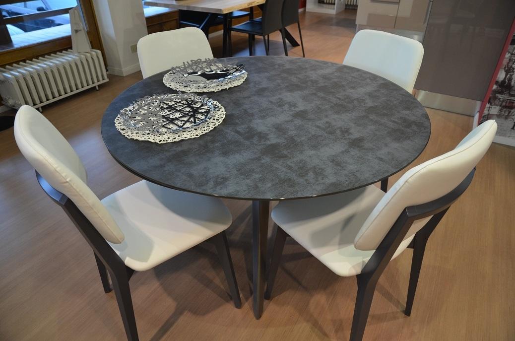 Tavolo in vetro serigrafato con sedie in ecopelle tavoli for Sedie scontate