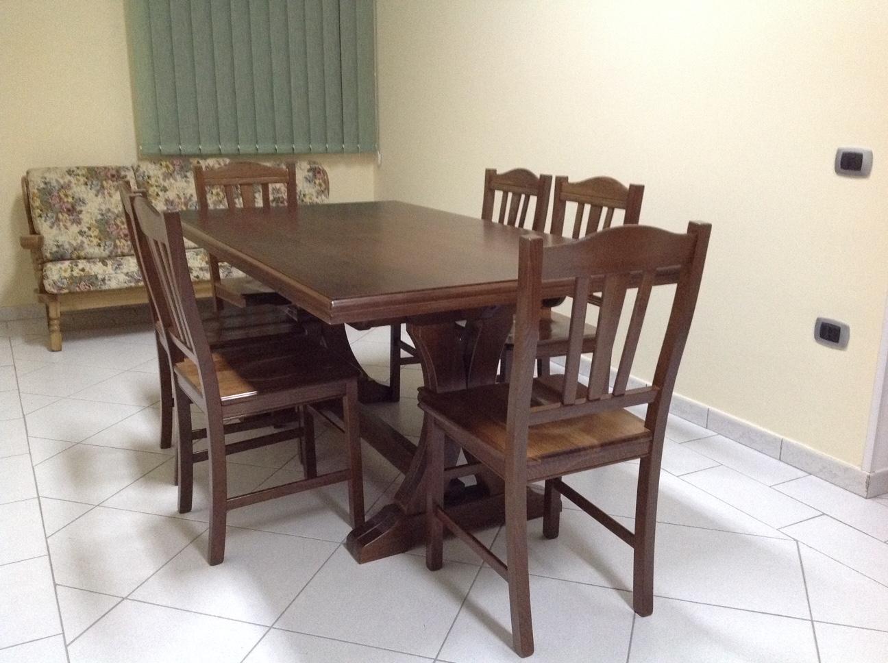 Tavolo in legno massello allungabile corredato di 6 sedie for Tavolo di legno allungabile