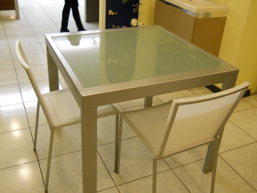 Tavolo tavolo metallo e vetro allungabile scontato del 60 for Tavolo quadrato allungabile vetro